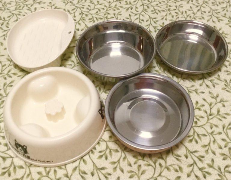 大き目のお水用と食事用に金属製のものをにゃんず分と予備一つ