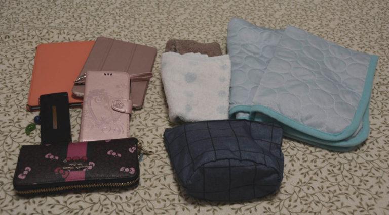 iPad×2台、携帯×2台、お財布、ポーチ、タオル2枚