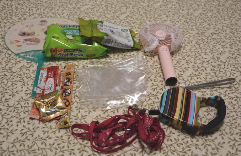 ニャンコのオヤツ、ビニール袋、リード、ウェットティッシュ、携帯扇風機 、涼感マット(冬なら毛布かな)